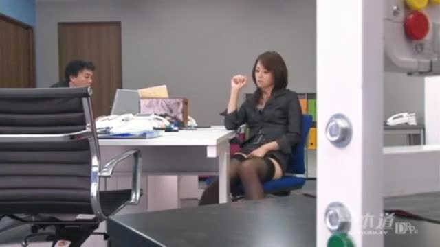 Maki Hojo masturbates at the office with her coworker sitting across from her. Uncensored.