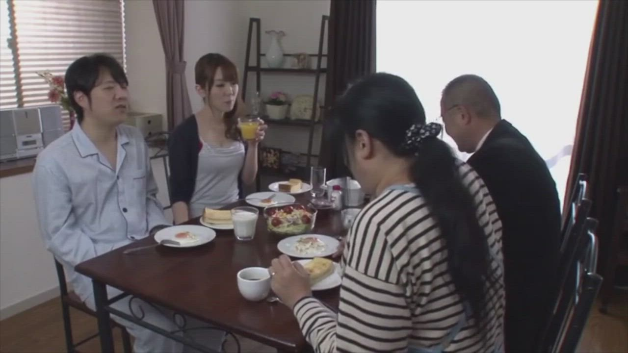 Yui Hatano drinks his cum in front of family during breakfast