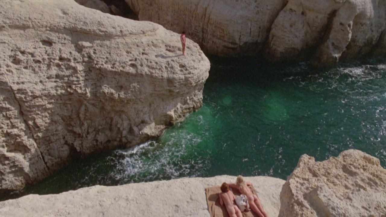 Ladies sunbathe, watching Michael jump off the cliff (Daryl Hannah & Valérie Quennessen - Summer Lovers (US1982)) (3/4)