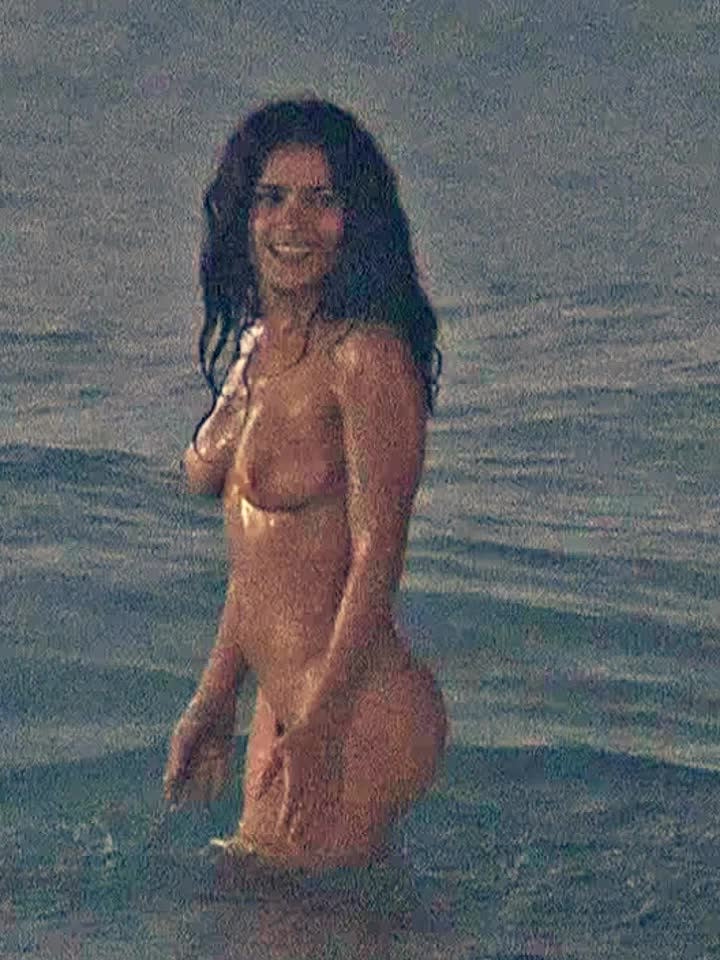 salma-hayek-naked-at-the-beach-petite