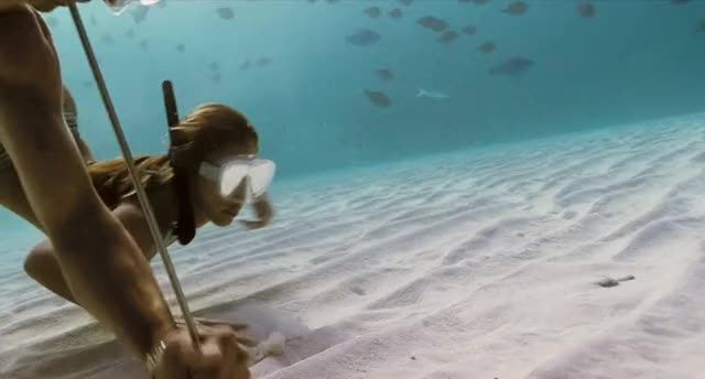 Jessica Alba underwater plot from Into The Blue (2006)