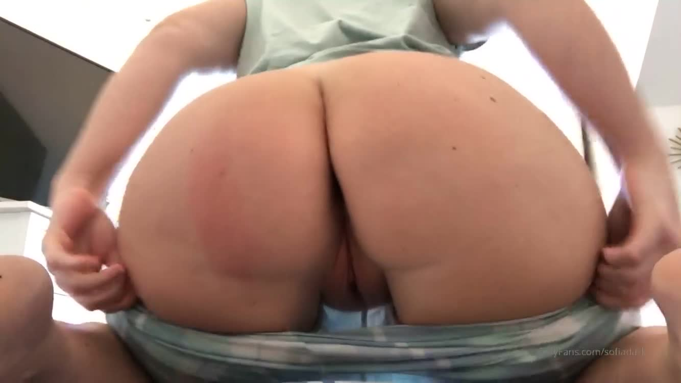 PAWG showing off her asshole