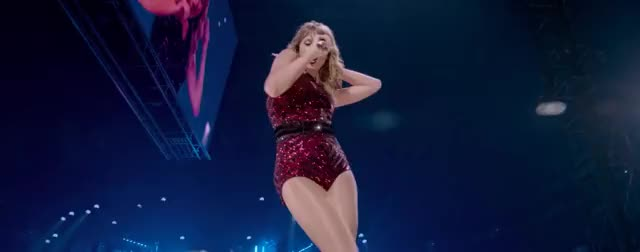 Taylor Swift on stage shaking her glorious ass in super sexy video