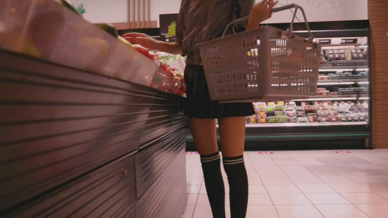 Risky kitty flashes in a busy supermarket 😆 The last 2 guys were walking really close to me 😱
