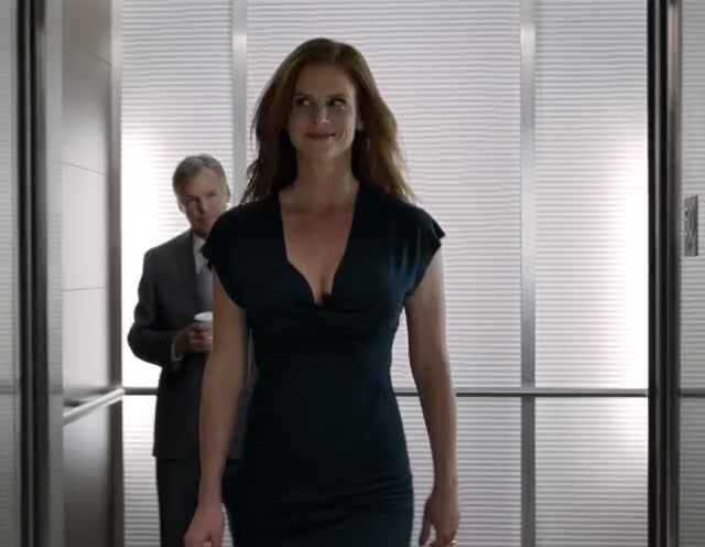 Sarah Rafferty the most amazing boucing boobs walk ever [VIDEO]