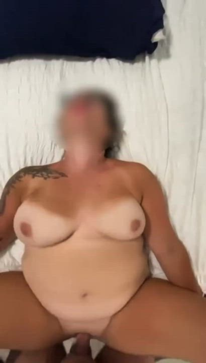 Wife's pussy leaks my cum out