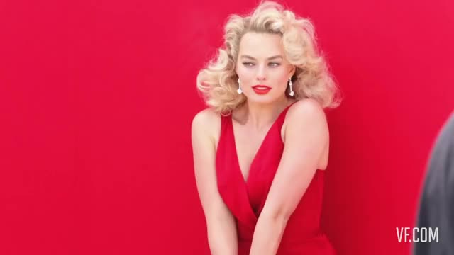 margot Robbie in Red