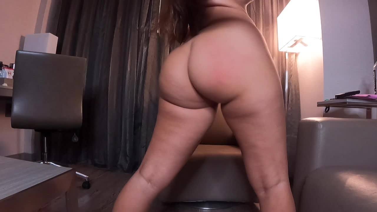 Do you like the way my fat ass jiggles when I smack it?🤤