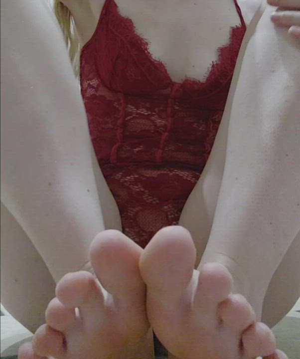 Would you play with my tiny size 4's? 💋