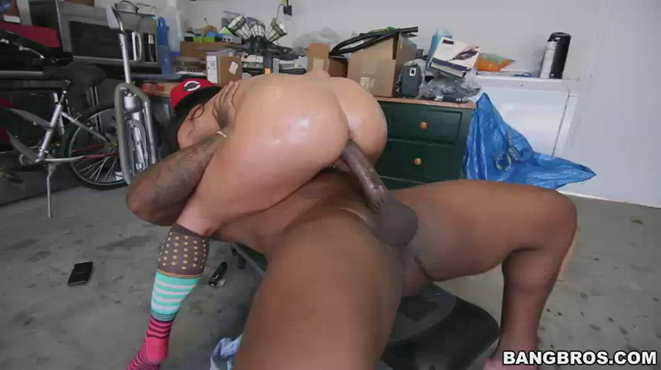 I like how she shakes her ass at the end 😩😩