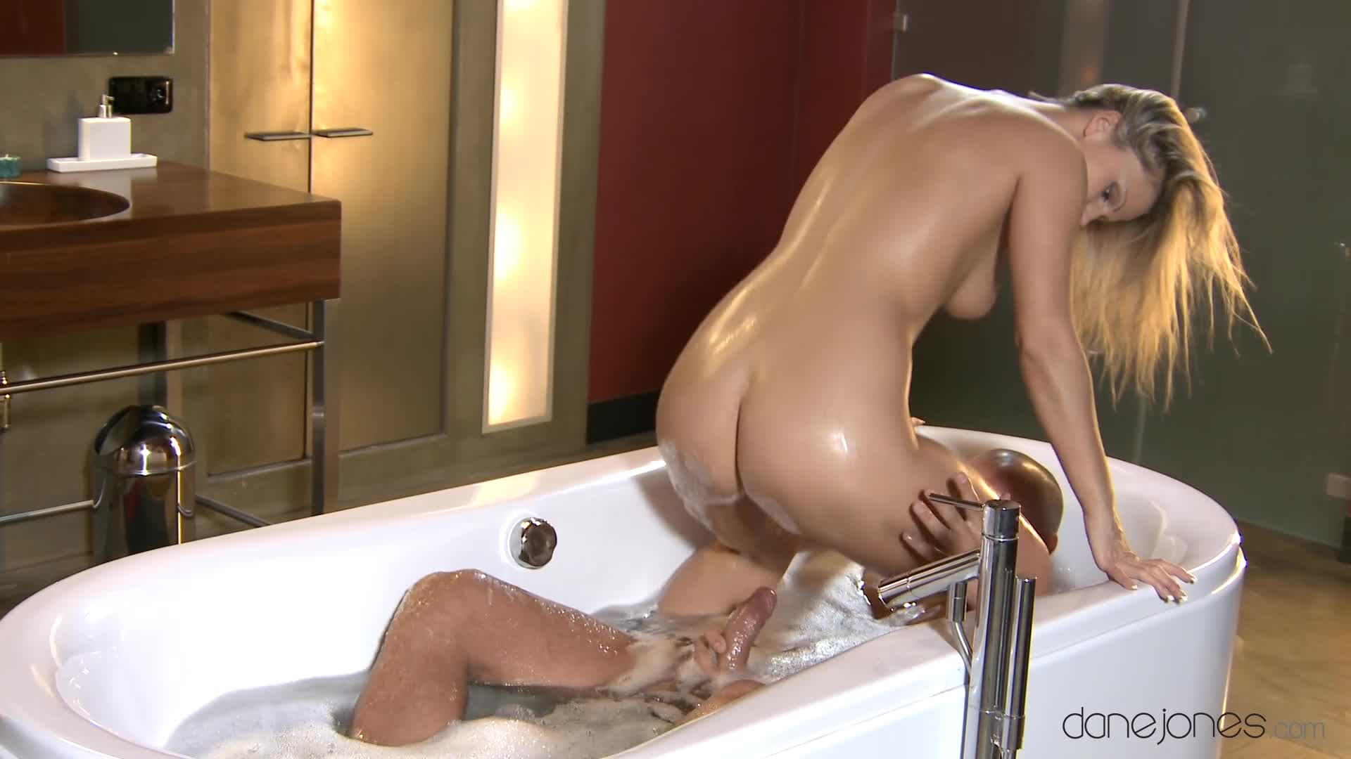 Moms bathtub orgasms