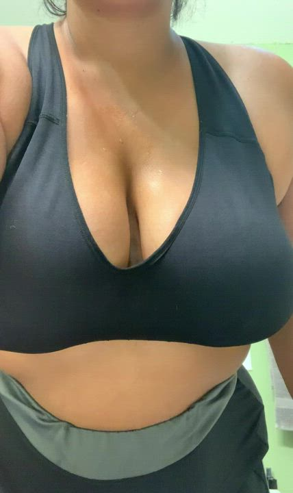 Sweaty post-workout tits 💦 Have a happy hump day 🐪😜